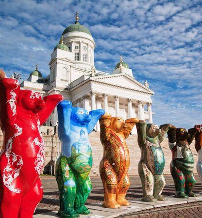 unicef: HELSINKI, Finlandia - 27 settembre: United Buddy Bears mostra sulla piazza del Senato in visita con loro mostra 20 dal 1 settembre al 26 ottobre 2010, il 20 settembre 2010 a Helsinki, Finlandia  Editoriali