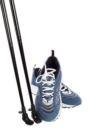 walking trail: bastoncini per il Nordic Walking e scarpe sportive isolato su bianco