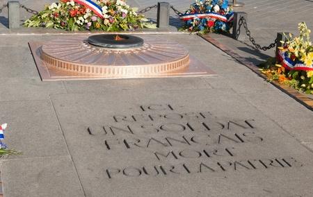 under fire: Memorial de fuego bajo el Arco del Triunfo en Par�s