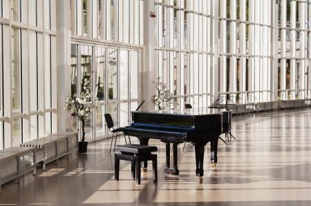 grand piano: Fl�gel in der Halle von der Sonne gl�nzten Lizenzfreie Bilder