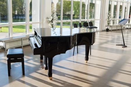 太陽で光ってホールでグランド ピアノ