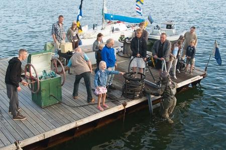 agachado: TALLINN, Estonia - 14 de julio - Demostración de la inmersión del buceador bajo el agua en el Tallinn