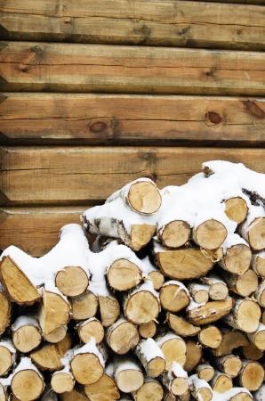 Birch Brennholz an einer Wand des Hauses im Winter Standard-Bild - 17024044