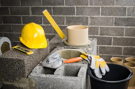 Construcción de la chimenea de cerámica modular en la casa Foto de archivo - 48513542