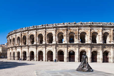 Nimes, France - March 21 2019: The Place des Arènes (English: bullring square) with the Arènes de Nîmes. Standard-Bild