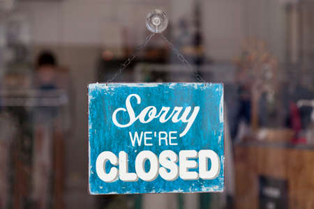Close-up on a closed sign in the window. Foto de archivo - 156254220