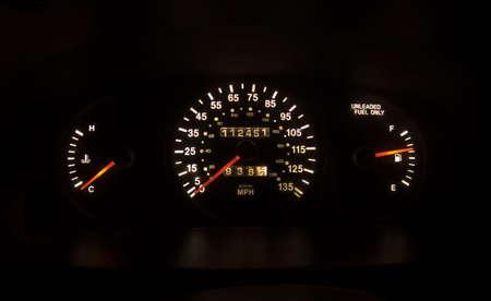 Foto van een verlicht snelheidsmeter