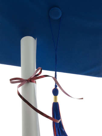 卒業の帽子、タッセル、および白で隔離されるの卒業証書