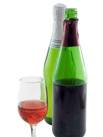 Twee flessen wijn en een glas wijn op wit wordt geïsoleerd Stockfoto - 973997