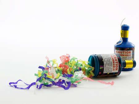 Deux poppers de partie avec des confettis sur un fond blanc Banque d'images - 1015528