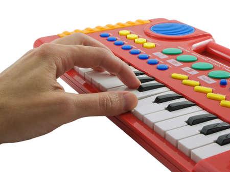 Hand spelen elektronische piano, geïsoleerd op wit  Stockfoto