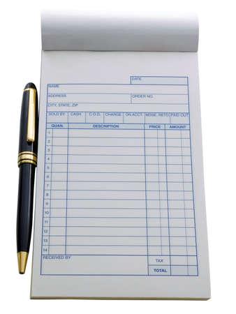 白で隔離され、それの近くでペンを持つ空白の発注書
