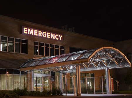 urgencias medicas: Entrada de emergencia en un hospital