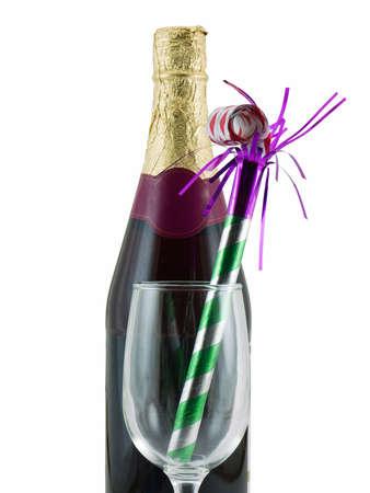 Fles champagne met een glas en feest gunst, geïsoleerd op wit