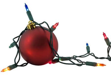 白で隔離され、それを囲むライトの文字列と赤のクリスマスの飾り