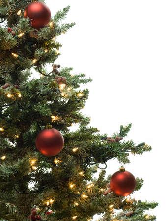 白で隔離される飾られたクリスマス ツリーの半分