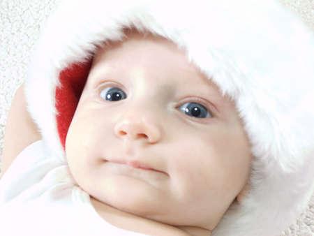 산타 모자: Young baby boy wearing santa hat and smiling