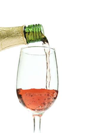 Glas wijn  champagne worden gegoten met een witte achtergrond