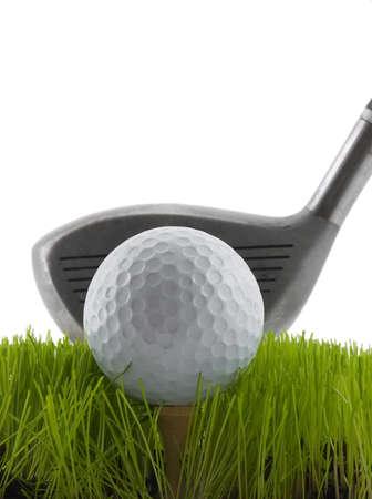 ゴルフ クラブによって打たれるように約草のティーのゴルフ ・ ボール 写真素材