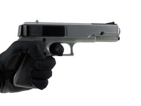 白で隔離され、拳銃を持っている手袋をはめた手