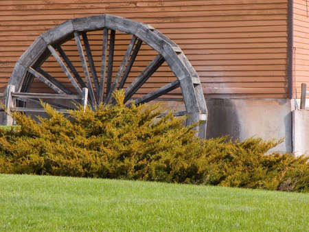 watermill: Antiguo molino de agua junto a un edificio en desuso Foto de archivo