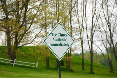 「すぐに利用できる回ティー」を言う看板付近のゴルフ場