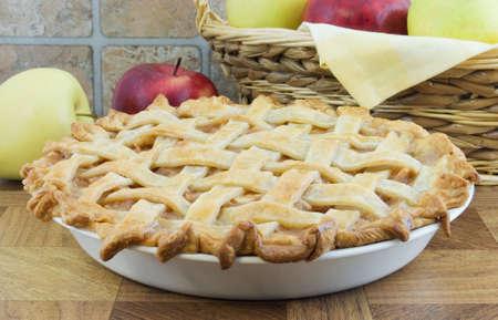 tarta de manzana: Lattice pastel de manzana con cesta de mimbre y detr�s de las manzanas Foto de archivo