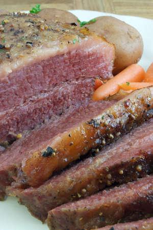 ニンジン、ジャガイモと盛り合わせにスライスされたコンビーフ胸肉