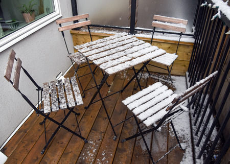 Patio set on deck covered in snow Standard-Bild