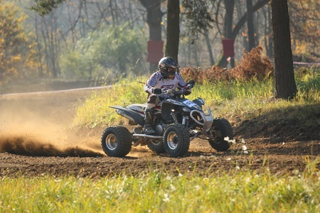 """Záb?eh, Tschechische Republik - 30. Oktober. Nicht identifiziert Racer reitet auf einem Quad-Motorrad im """"Zabrezky Motocross"""" am 30. Oktober 2010 in der Stadt Záb?eh, Tschechische Republik. Standard-Bild - 13021782"""