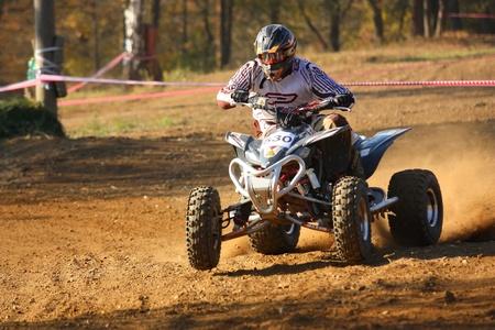 """Záb?eh, Tschechische Republik - 30. Oktober. Identifiziert racer fährt ein Quad Motorrad in der """"Zabrezky Motocross"""" am 30. Oktober 2010 in der Stadt Zabreh, Tschechische Republik."""