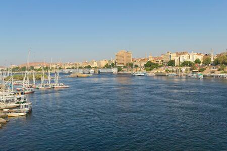 Barcos y hoteles flotantes en el puerto de la ciudad de Asuán, la puerta de entrada a Egipto, Nubia Foto de archivo - 13283387