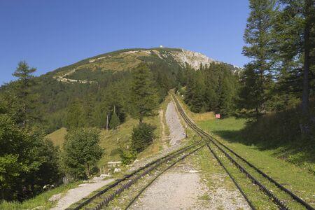 h�tte schnee: Blick auf die Berge mit Zahnradbahn Berg namens Schneeberg, �sterreich Horizontal Lizenzfreie Bilder