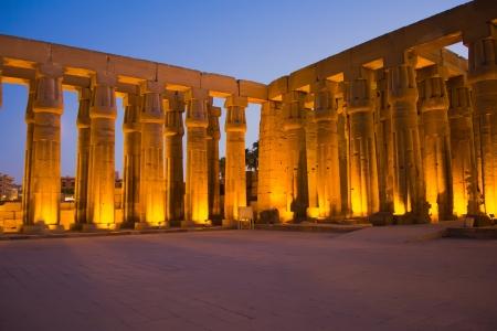 Luxor tempel in de nacht Horizontaal Luxor, Thebe, Egypte Stockfoto