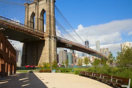ブルックリン橋ニューヨークシティの近くのベンチと公園