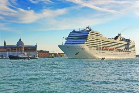 Cruise schip in Venetië bij zonsondergang Italië