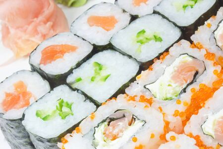 Vista detallada de los diferentes tipos de Ginger Sushi Maki en el fondo Foto de archivo - 17072805
