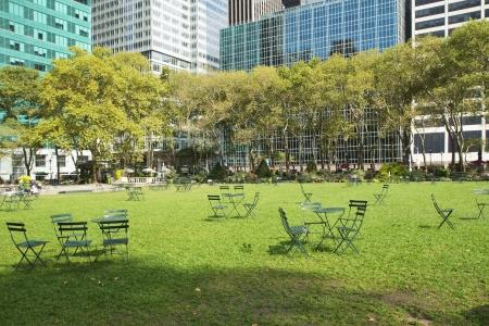 土曜日の朝、ニューヨークのブライアント公園を空します。水平方向に。
