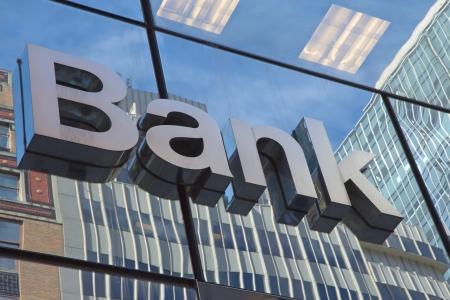 碑文の銀行が付いている建物のガラスの壁