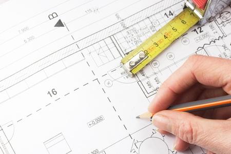 테이블에 연필을 들고 집 건설 건축가 계획은 테이프 측정