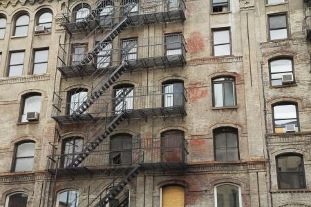 屋外階段ニューヨーク市、米国水平と古い建物