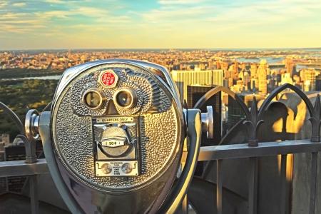 Coin operated verrekijker in zonsondergang licht Top of the Rock, New York City Stockfoto