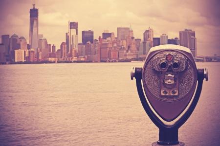 Coin operated binoculars in Lower Manhattan 版權商用圖片 - 24881924