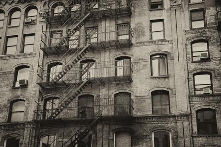 Uitstekende foto van het oude gebouw met buitentrap (New York City, Verenigde Staten). Horizontaal.