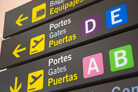 Airport Signs in English and Spanish language. 版權商用圖片 - 32645884