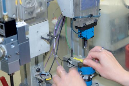 Schnelle Bewegung der Hände der Frau Arbeiter am Montage line.Horizontally. Alle potenziellen Marken werden entfernt. Standard-Bild - 41011328