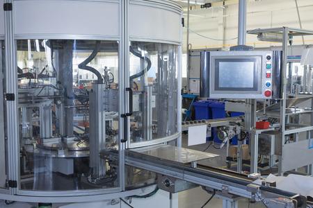 assembly: Vista general de la línea de producción automática con un panel de control. Se eliminan todas las marcas posibles.