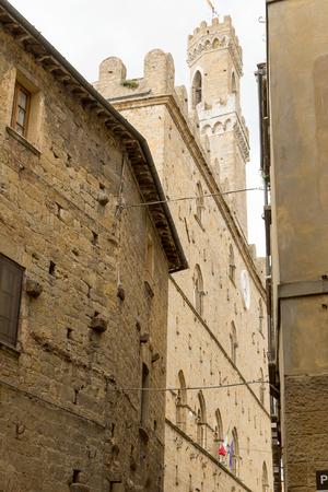 priori: Medievali case in pietra del centro storico di Volterra. La torre del Palazzo dei Priori � in background. (Volterra, Toscana, Italia)