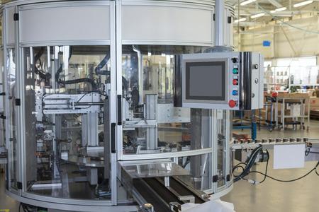 Vooraanzicht van de automatische productielijn met een bedieningspaneel. Alle potentiële handelsmerken worden verwijderd. Stockfoto