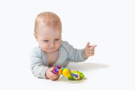 """Baby spielt mit Spielzeug, das """"Nummer zwei"""" an seinen Fingern zeigt. Alle potentiellen Marken werden entfernt. Standard-Bild"""